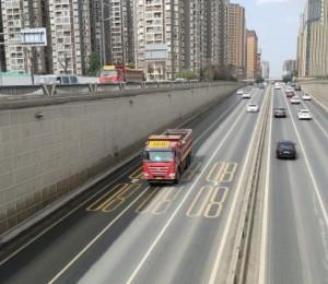 安康高新摩托车与大货车相撞 摩托车被撞散架