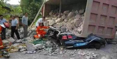 湖北宜昌货车侧翻压扁小轿车-人被埋与砂石之下